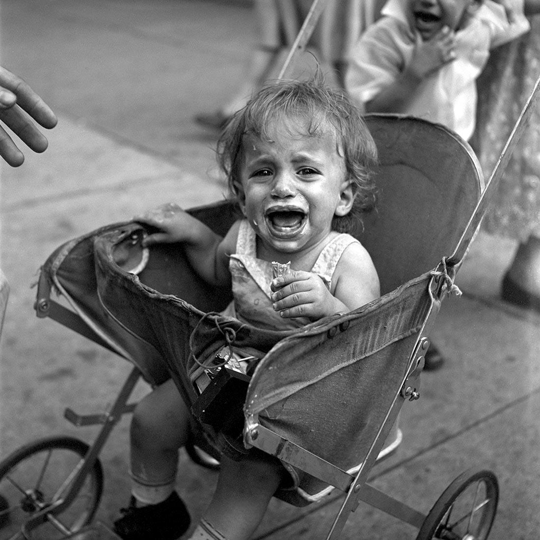Photo of a crying child © Vivian Maier